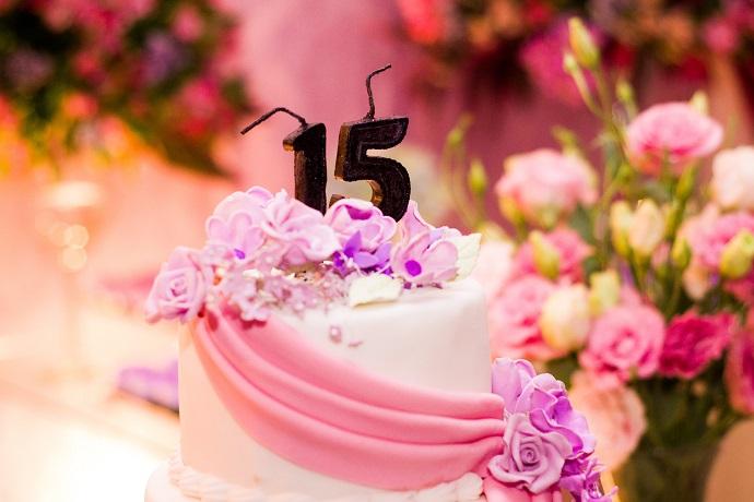 数字の15のろうそくがついたケーキ