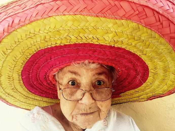 メキシカンハットをかぶったおばあさん