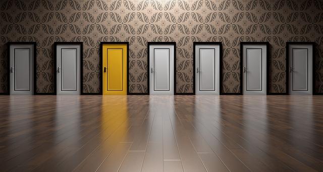 6つの白い扉と1つの黄色い扉