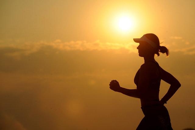 ジョギングする女性のシルエット