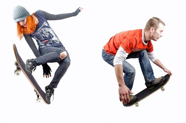 スケートボードをする男女