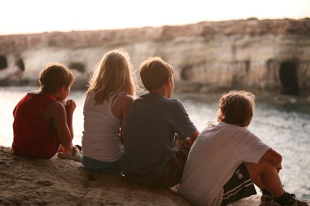 4人の子供の後ろ姿