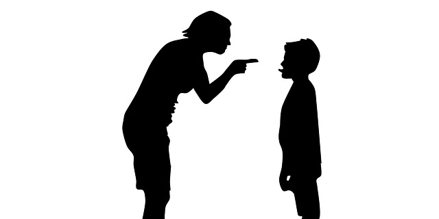 母親に叱られている子供のシルエット