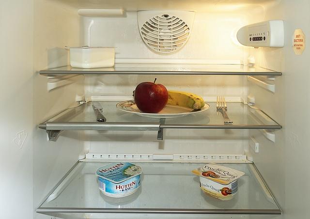 ほぼ空っぽな冷蔵庫