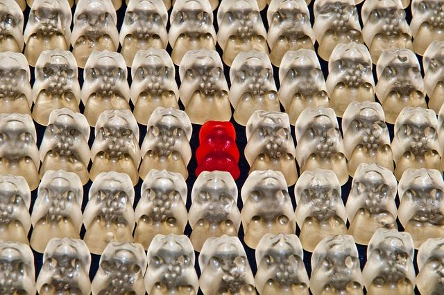 白いグミの中に赤が1個