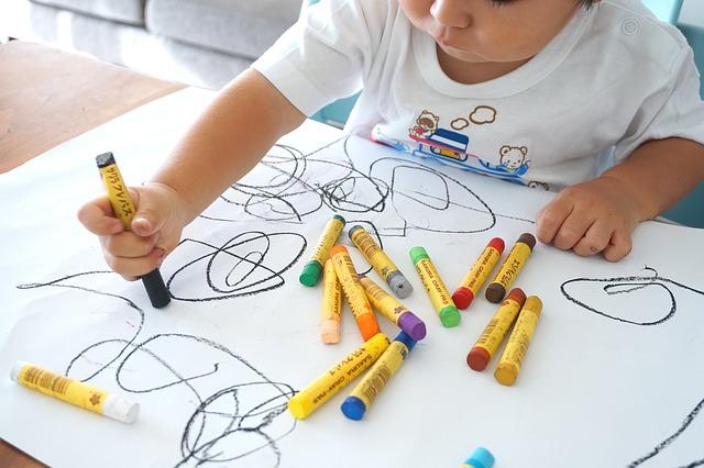 いたずら書きをする子供