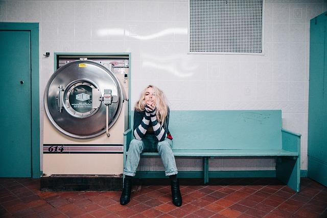 洗濯が終わるのを待つ女性