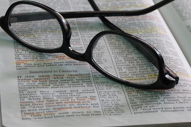 英字新聞の上に眼鏡がのっている