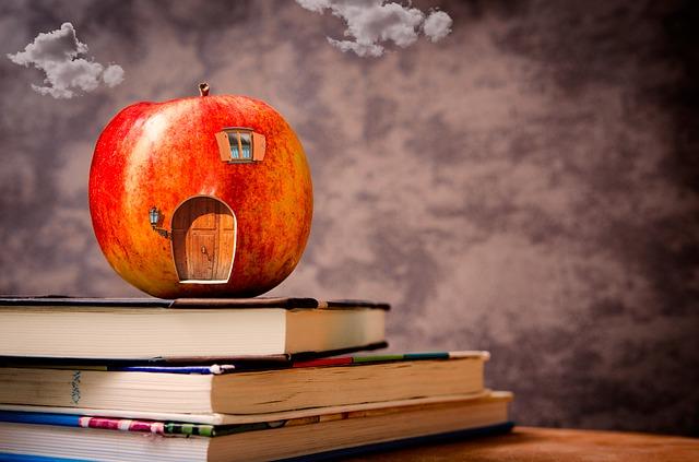 本の上にリンゴがのっている