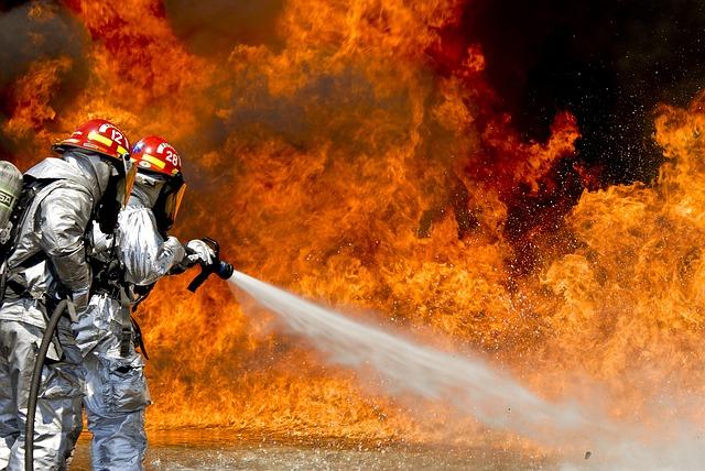 消防隊員が火を消している