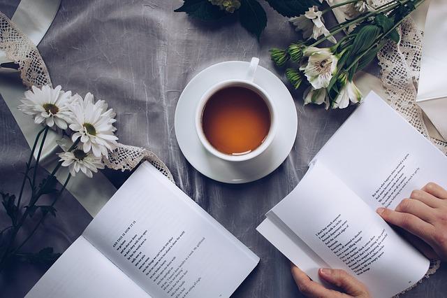 コーヒーカップと本
